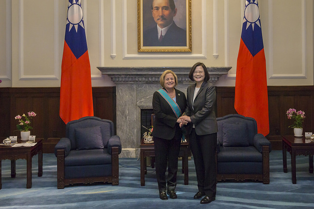 President Tsai poses for a photo with Chairman Emeritus Ileana Ros-Lehtinen of US House Committee on Foreign Affairs.