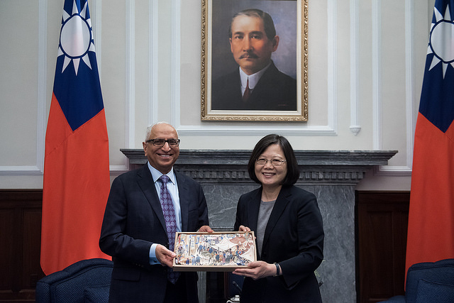 President Tsai receives a gift from  Mr. Ajit Manocha, President and CEO of the Semiconductor Equipment and Materials International.