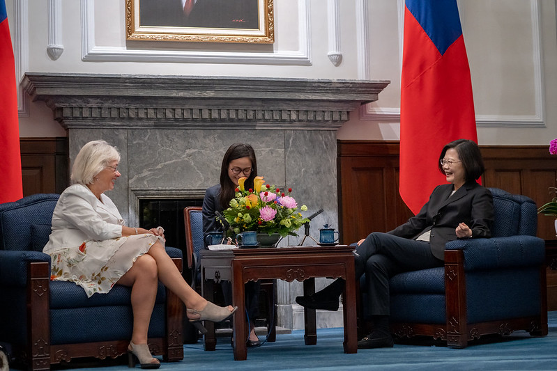 President Tsai exchanges views with Danish Parliament Deputy Speaker Pia Kjærsgaard.