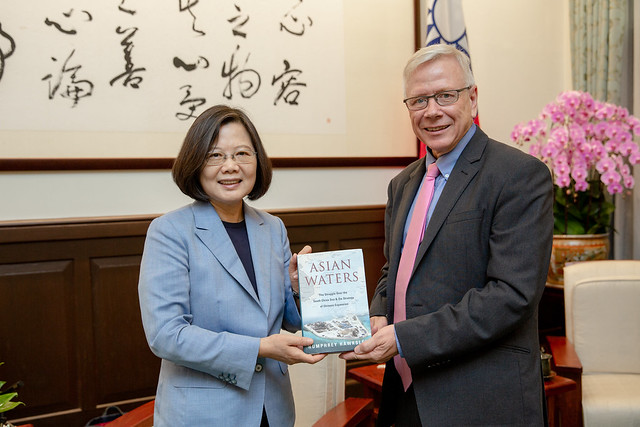 President Tsai receives a book from BBC foreign correspondent Humphrey Hawksley.