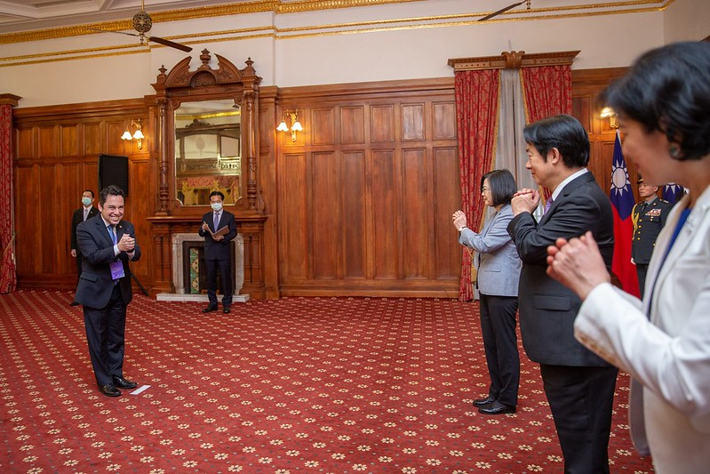 President Tsai and Vice President Lai receive congratulations from foreign guests at the Taipei Guest House.