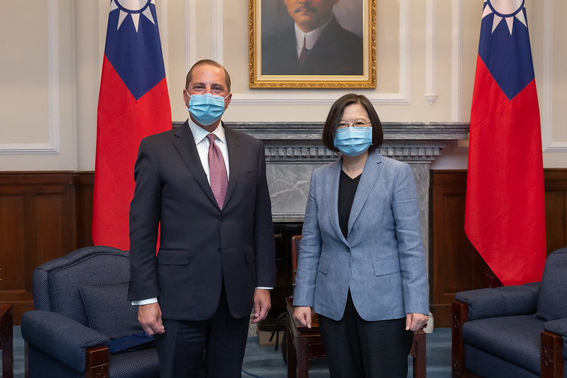President Tsai poses for a photo with US Secretary of Health and Human Services Alex Azar.