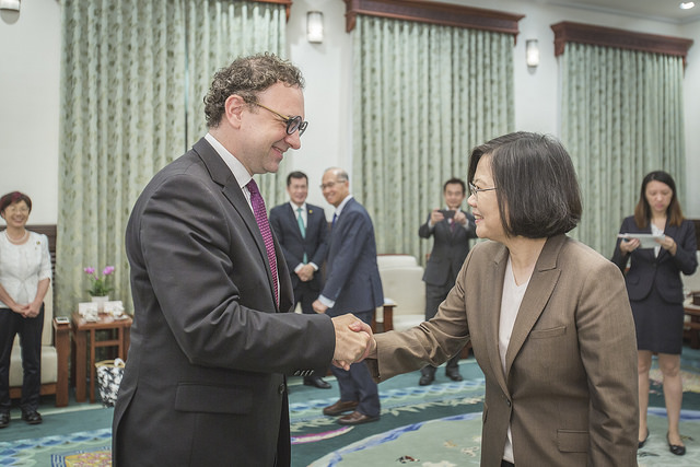 President Tsai shakes hands with Liberal International President Juli Minoves Triquell.