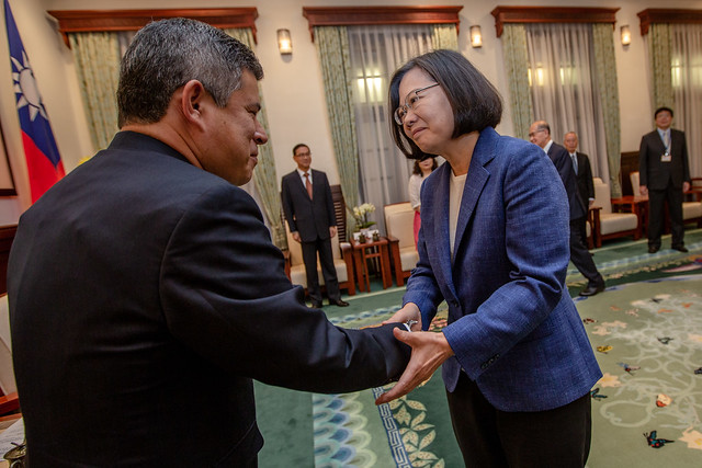President Tsai shakes hands with Chairman Luis Galarreta of Committee on Foreign Affairs of the Peruvian Congress.