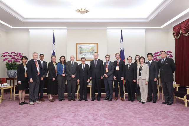 Vice President Chen poses for a photo with a delegation of journalists from US East-West Center's 2017 Asia Pacific Journalism Fellowship program.