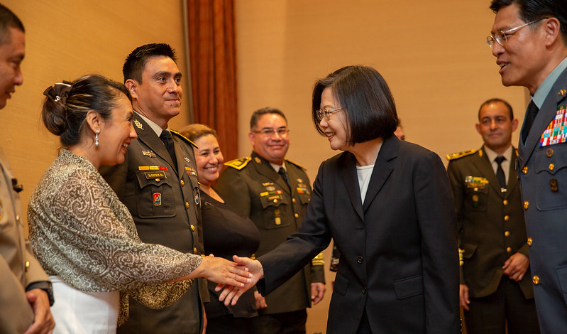 President Tsai greets participants in an international training course organized by Taiwan's Ministry of National Defense.