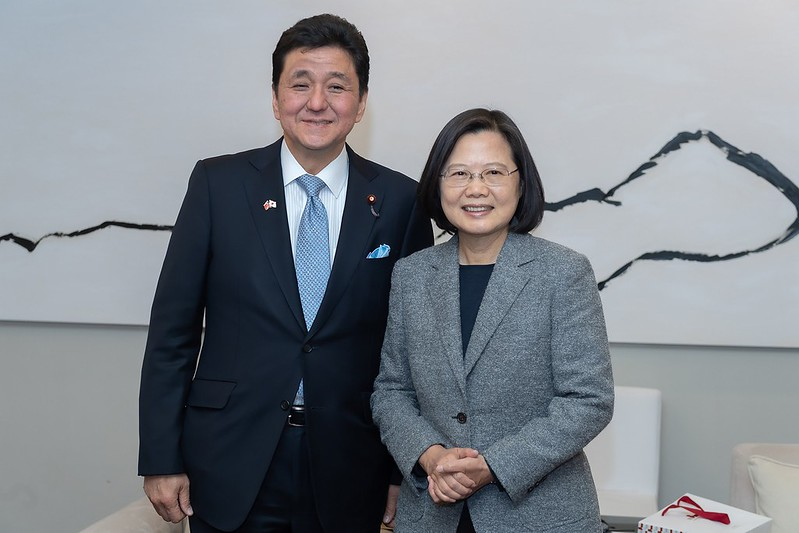 President Tsai takes a picture with Japanese House of Representatives Member Nobuo Kishi.