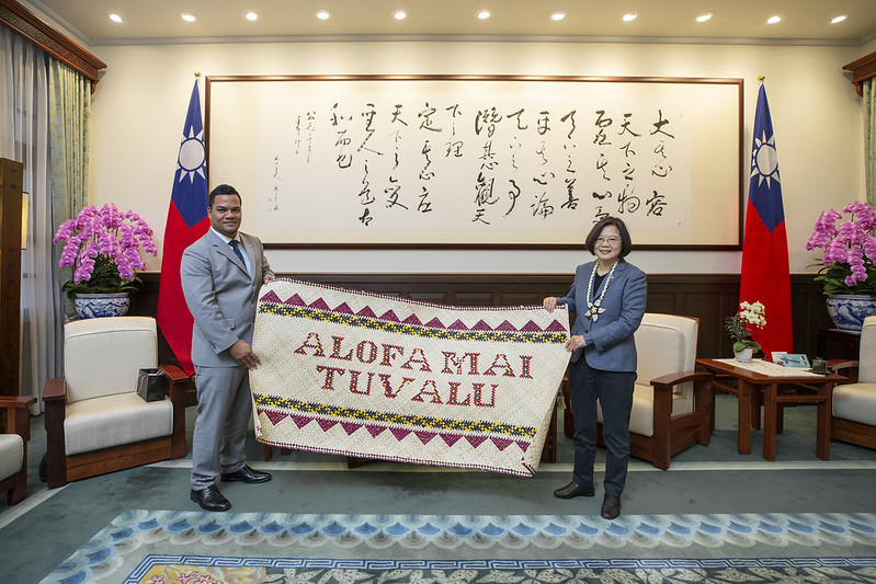 President Tsai receives a gift from Tuvalu Foreign Minister Simon Robert Kofe.