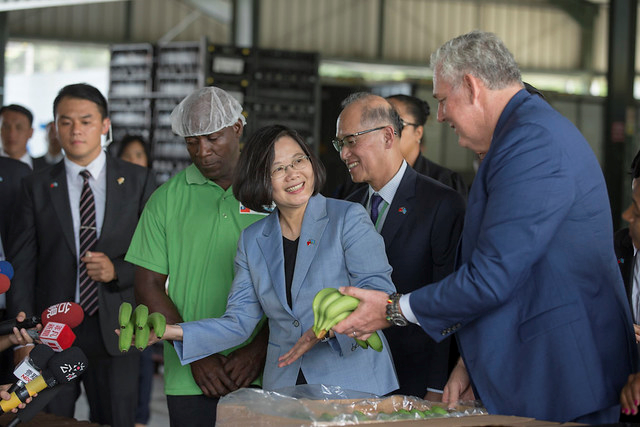 President Tsai Ing-wen inspects operations at a banana export collection center in St. Lucia.