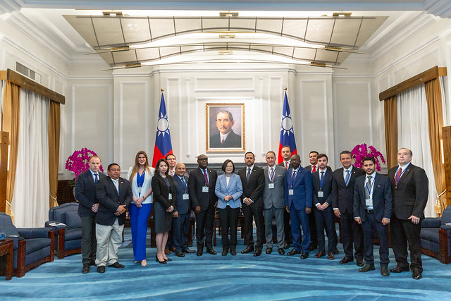 President Tsai poses for a photp with participants in the 9th advanced Spanish international training course for diplomats.