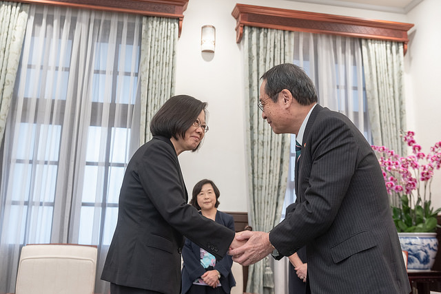 President Tsai shakes hands with Takao Fujii, Chairman of the National Federation of Japan-Taiwan Friendship Associations.