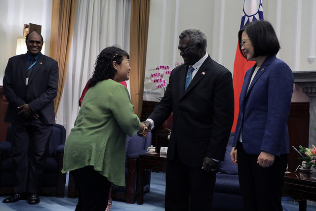 President Tsai and Solomon Islands Prime Minister Manasseh Sogavare welcome guests for a state banquet hosted by President Tsai.
