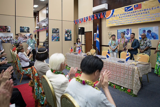 President Tsai and President Heine watch as Shuang Ho Hospital and the Marshall Islands Ministry of Health and Human Services sign the contracts for a medical internship program and hospital information system.