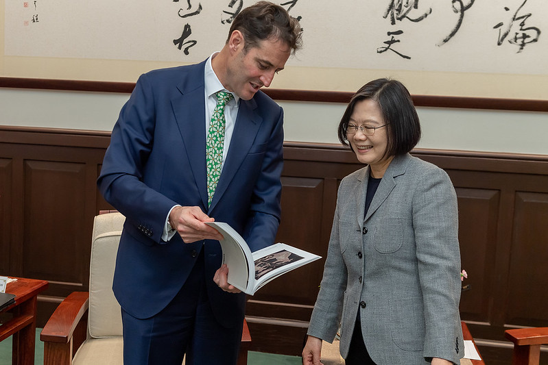 Australian Representative to Taiwan Gary Cowan presents President Tsai with a book.