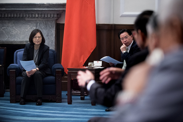 President Tsai meets with a group of the semiconductor industry leaders from Taiwan and abroad and listens to their views.