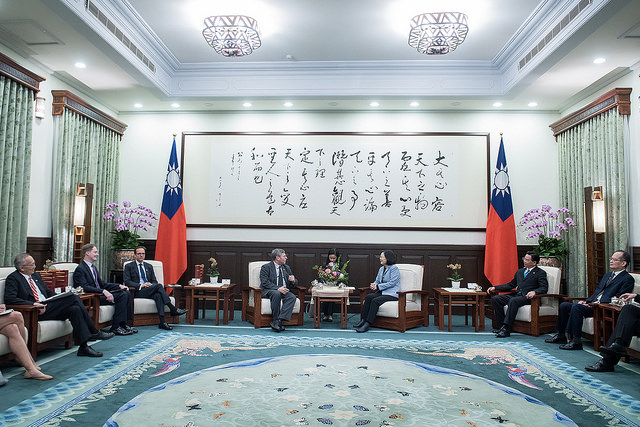 President Tsai exchanges views with a visiting delegation of economic affairs experts from the US-based Brookings Institution.