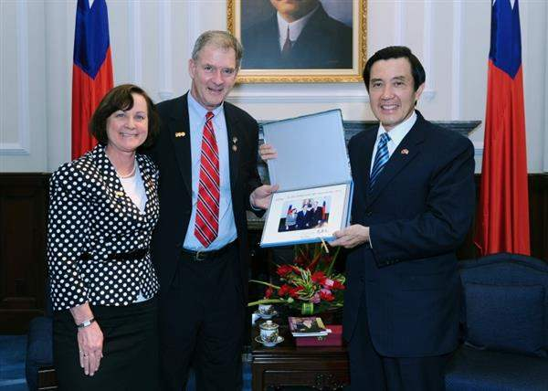 President Ma meets US Congressman Bill Owens and Mrs. Owens.