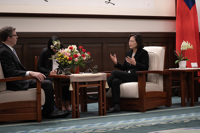 President Tsai exchanges views with Samuel Brownback, US Ambassador-at-Large for International Religious Freedom.