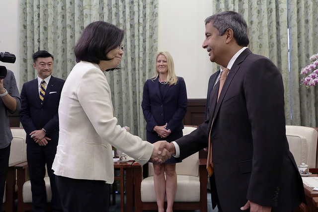 President Tsai shakes hands with Micron Technology CEO Sanjay Mehrotra