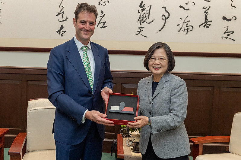 President Tsai presents Australian Representative to Taiwan Gary Cowan with a gift.