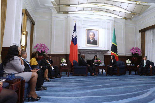 President Tsai exchanges views with St. Christopher and Nevis Prime Minister Timothy Harris.