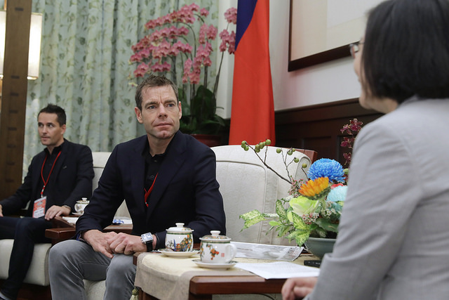 President Tsai meets with Mr. Cadel Evans, an internationally famous racing cyclist from Australia.