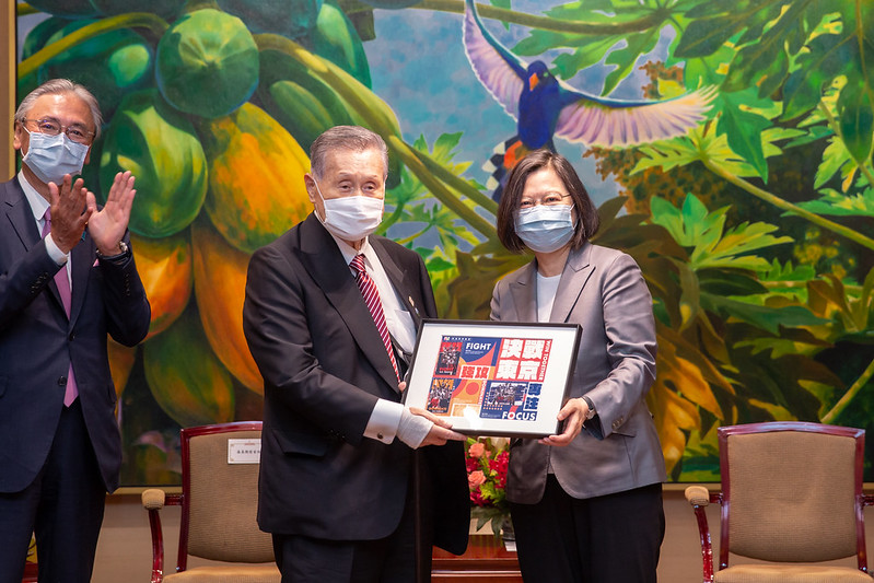 President Tsai presents former Prime Minister Mori with a gift.