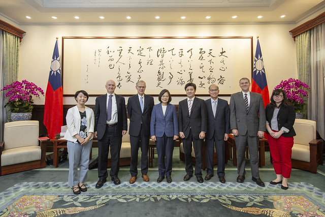 President Tsai poses for a photo with US and Japanese political science scholars from Brookings Institution.