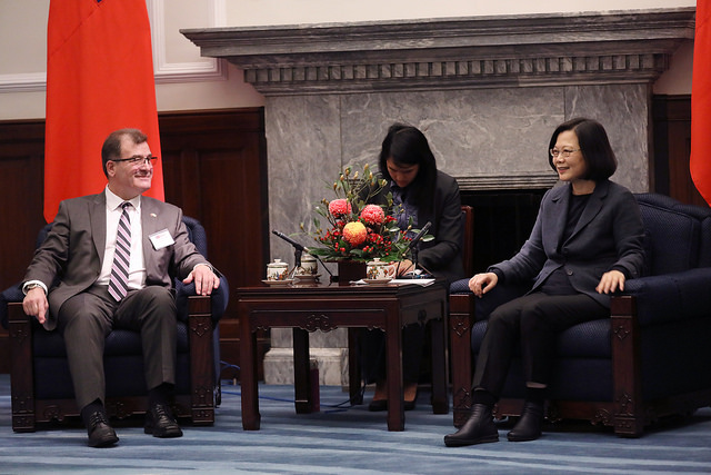 President Tsai exchanges views with Member of Parliament Robert Nault.