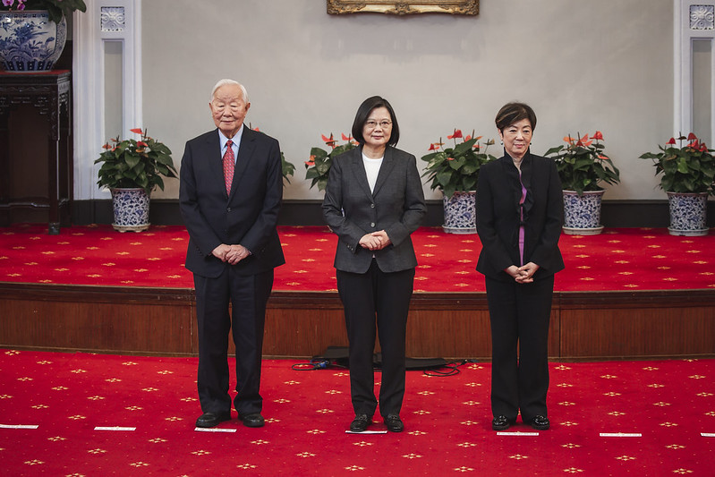 President Tsai poses for a photo with Dr. Morris Chang and his wife.