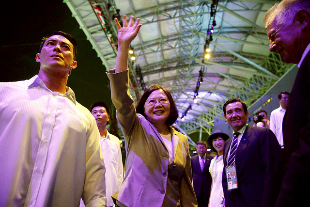 President Tsai waves in greeting to the athletes attending the opening ceremony for the Taipei 2017 Summer Universiade.