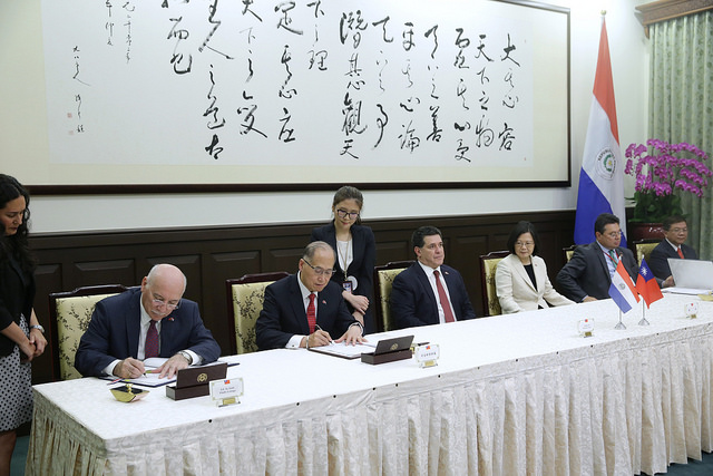 President Tsai and Paraguayan President Cartes jointly witness the signing of bilateral agreements.