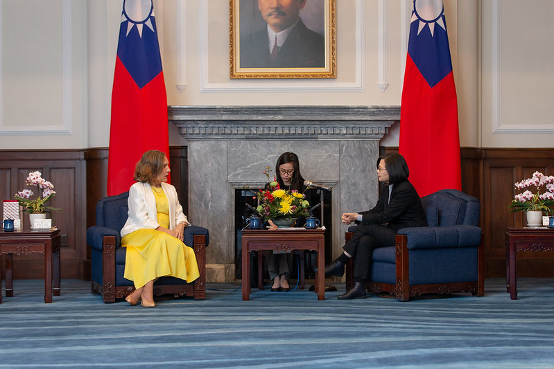 President Tsai exchanges views with Belize Permanent Representative to the UN Lois Michele Young.
