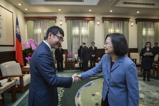 President Tsai shakes hands with Japanese House of Representatives Member Katsuyuki Kawai.