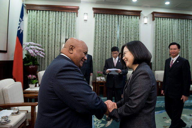 President Tsai shakes hands with Palau House of Delegates Speaker Sabino Anastacio.