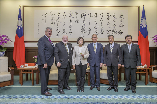 President Tsai poses a photo with Commander-in-Chief Keith Harman and Executive Director Bob Wallace of the US Veterans of Foreign Wars.