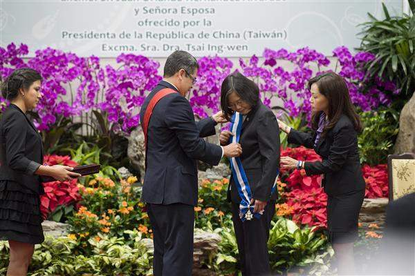 President Tsai receives the Order of Francisco Morazan Grand Cross with Gold Star from President Hernandez.