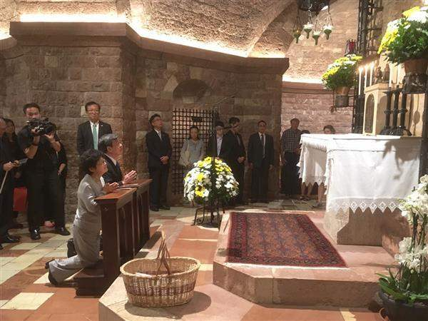 Vice President Chen prays for world peace in Assisi.