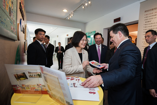 President Tsai and Paraguayan President Cartes attend a ceremony for the issuance of commemorative stamps.