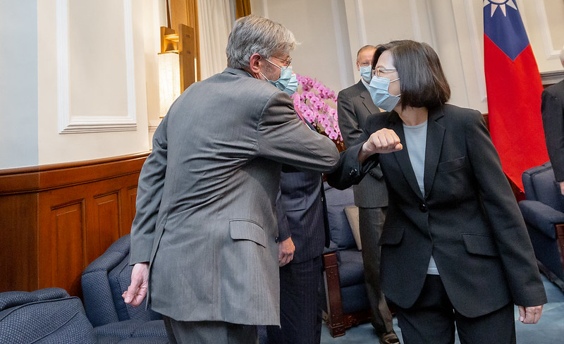 President Tsai and former US Deputy Secretary of State James Steinberg use the elbow-bump to greet each other.