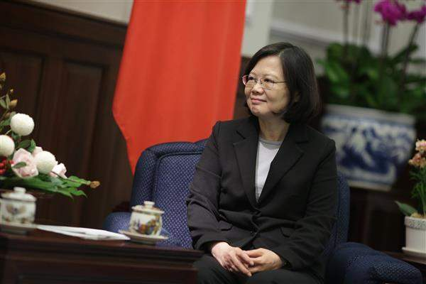 President Tsai exchanges views with Mayor Nayib Bukele of San Salvador, the capital of the Republic of El Salvador.