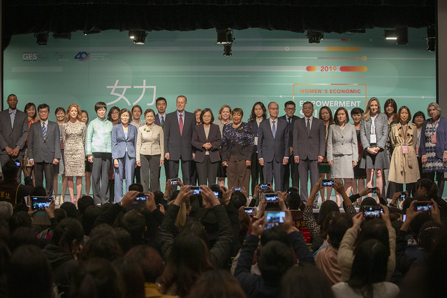 President Tsai poses for a group photo at the 2019 Women's Economic Empowerment Summit.