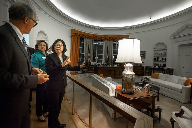 President Tsai visits the Ronald Reagan Presidential Library, and tours the facility with the library's Director, Duke Blackwood, explaining exhibit items.
