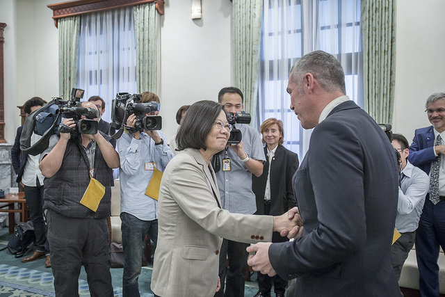 President Tsai shakes hands with Jean-François Cesarini, Member of the French National Assembly.