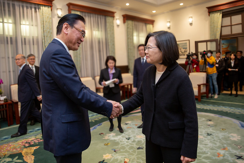President Tsai shakes hands with Keiji Furuya, Chairman of Japan-ROC Diet Members' Consultative Council.