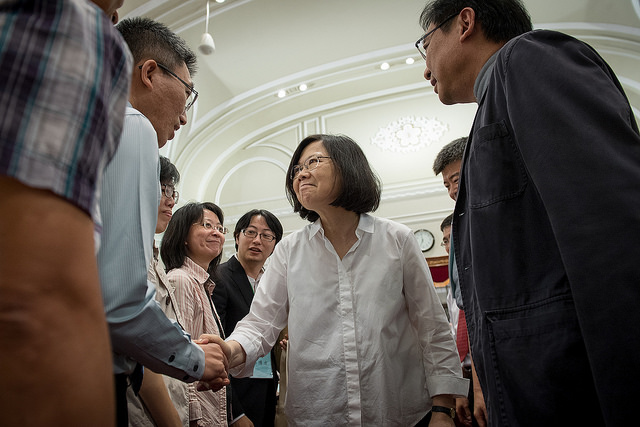 President Tsai shakes hands with congress participants.