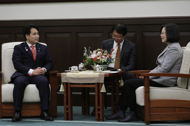 President Tsai exchanges views with Japan's House of Councillors Member Hirofumi Takinamia.