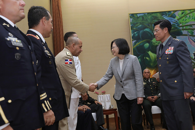 President Tsai shakes hands with the participant in an international training course organized by Taiwan's Ministry of National Defense.