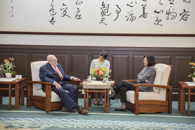 President Tsai exchanges views with Ambassador Richard Armitage, Chairman of the board at the US-based Project 2049 Institute.