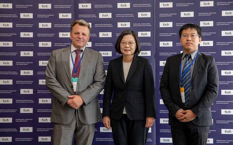 President Tsai takes a picture with FIDH President Dimitris Christopoulos and Taiwan Association for Human Rights Chairman Clarence Chou.
